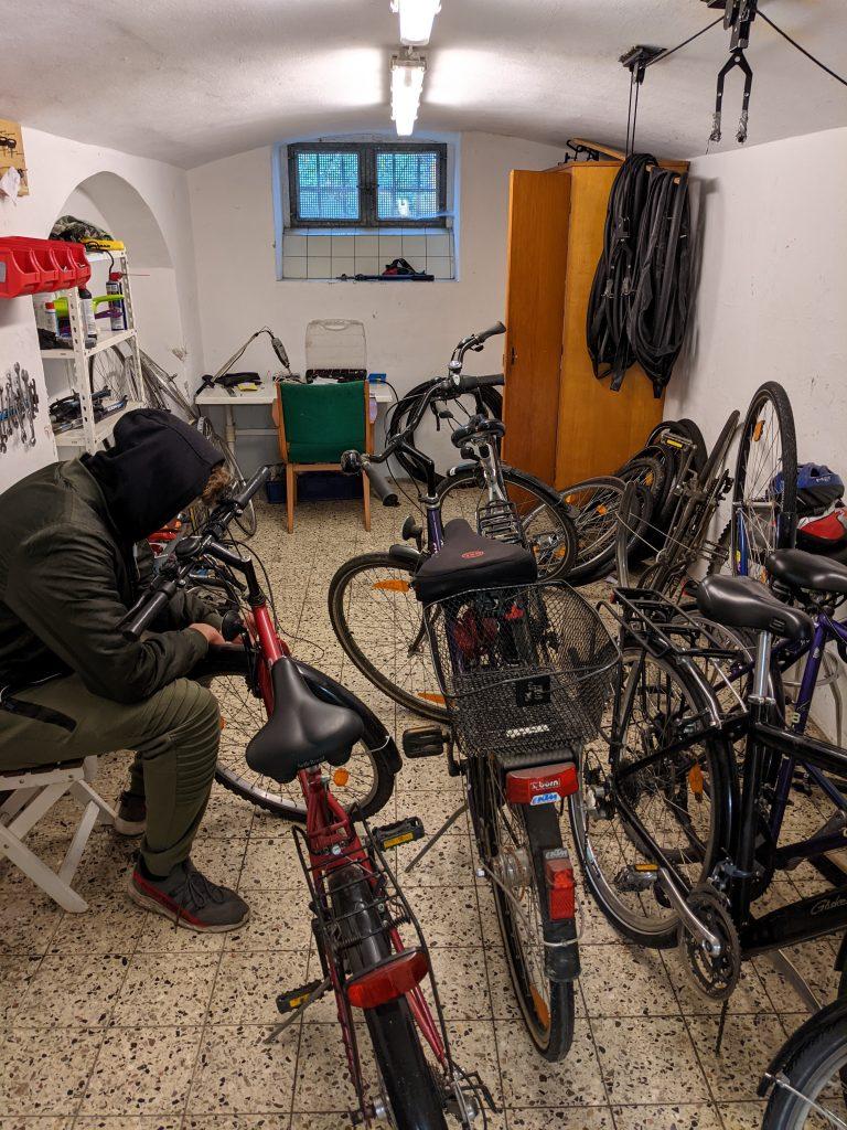 Ein Bewohner in der Fahrradwerkstatt