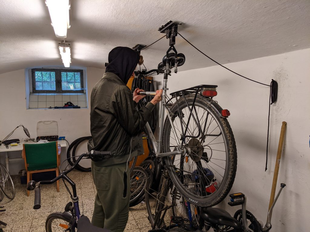 Ein Bewohner arbeitet an einem Fahrrad